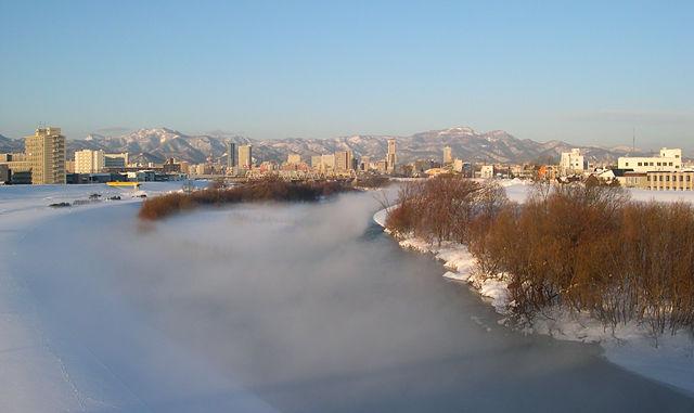 霧の豊平川と札幌市街