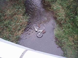 橋の下の自転車…