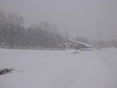 雪の中のさけ科学館